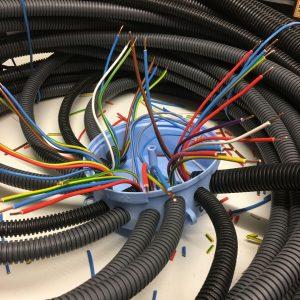 Pieuvre électrique en cours de montage
